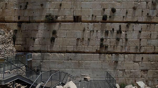 Kudüs'teki Ağlama Duvarı'ndan düşen taş korkuttu