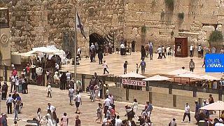 شاهد: يهودية تنجو بأعجوبة من سقوط حجر بحائط المبكى