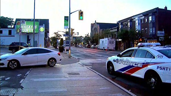 Une voiture de police patrouille dans les rues de Toronto