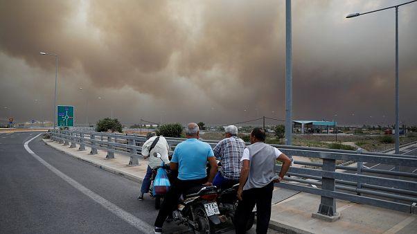 Grecia, vasti incendi vicino ad Atene: almeno un morto