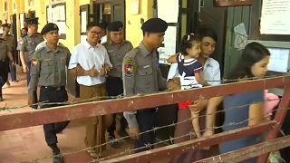 """صحفي يتهم شرطة ميانمار بتسليمه وثائق """"سرية"""" للايقاع به"""