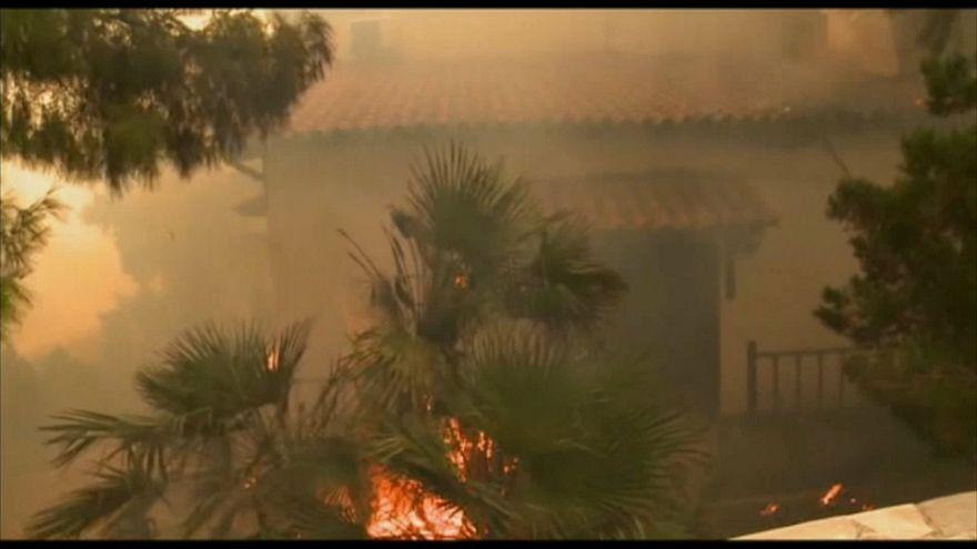 Ventos fortes alimentam chamas na Grécia