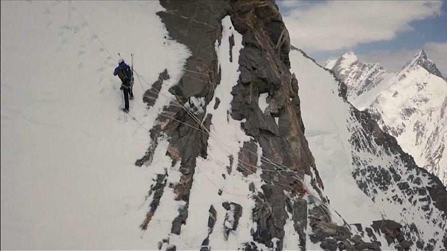 شاهد: بولندي يصبح أول رجل يهبط متزلجا من قمة K2