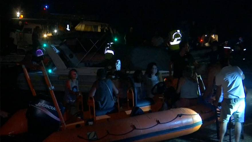 Greece wildfires: Seven hundred people rescued by boat