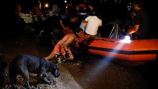 Fast 700 Menschen in der Nacht in Schlauchbooten evakuiert