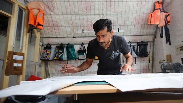 المهاجر عابد علي يعمل في ورشة في برلين يوم الاثنين