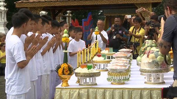 Taylandlı çocuklar sağ kurtarıldıkları için dua ediyor