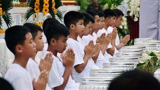 Crianças resgatadas da gruta iniciam retiro budista