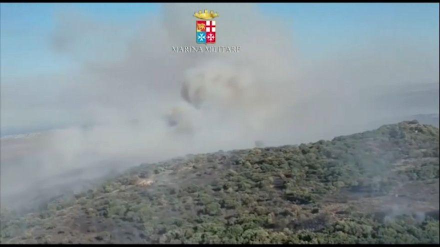 La Sicilia brucia