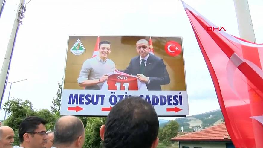 صورة أوزيل مع الرئيس التركي التي اثارت الجدل