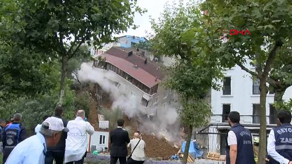 شاهد: لحظة انهيار مبنى في إسطنبول بسبب الأمطار الغزيرة