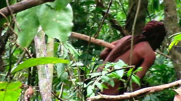 """شاهد : العثور على """"طرزان الأمازون"""" بعد 22 عاماً من إبادة قبيلته"""