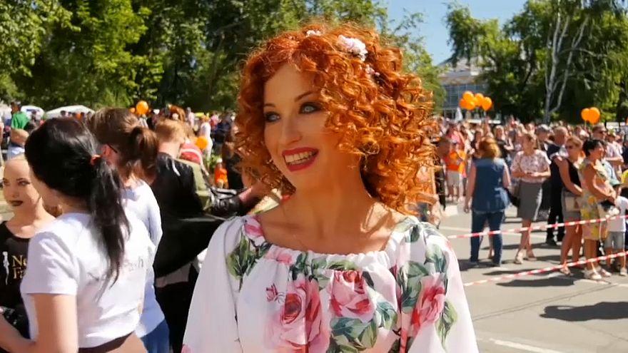 شاهد : الصهباوات يحتفلن بمهرجان الشعر الأحمر في روسيا
