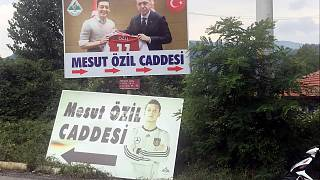 Neues Straßenschild für Erdogan und Özil