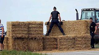 Una protesta de agricultores paraliza el Tour de Francia
