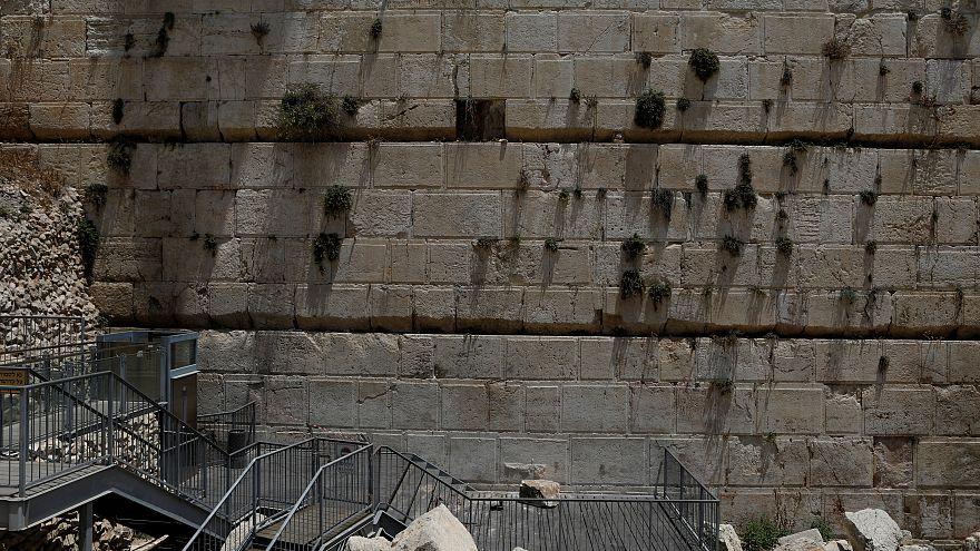 От Стены плача отвалился крупный камень