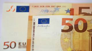 Bankräuber (40-50 Jahre)  legt Zettel hin und flieht mit Bargeld im Taxi