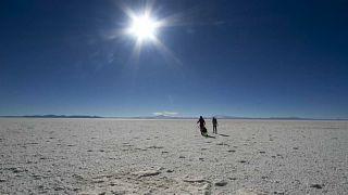 """شاهد: أستاذ جامعي فرنسي يعبر """"صحراء الملح"""" سيراً في بوليفيا"""