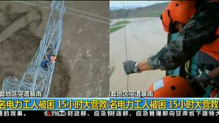 شاهد: عملية انتشال عمال علقوا فوق برج كهرباء في الصين
