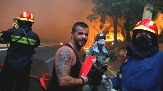 Askerler ve yerel halk yangın söndürme çalışmalarına yardımcı oluyor