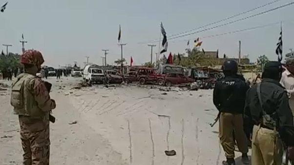 Öngyilkos merénylet egy pakisztáni választóhelységnél