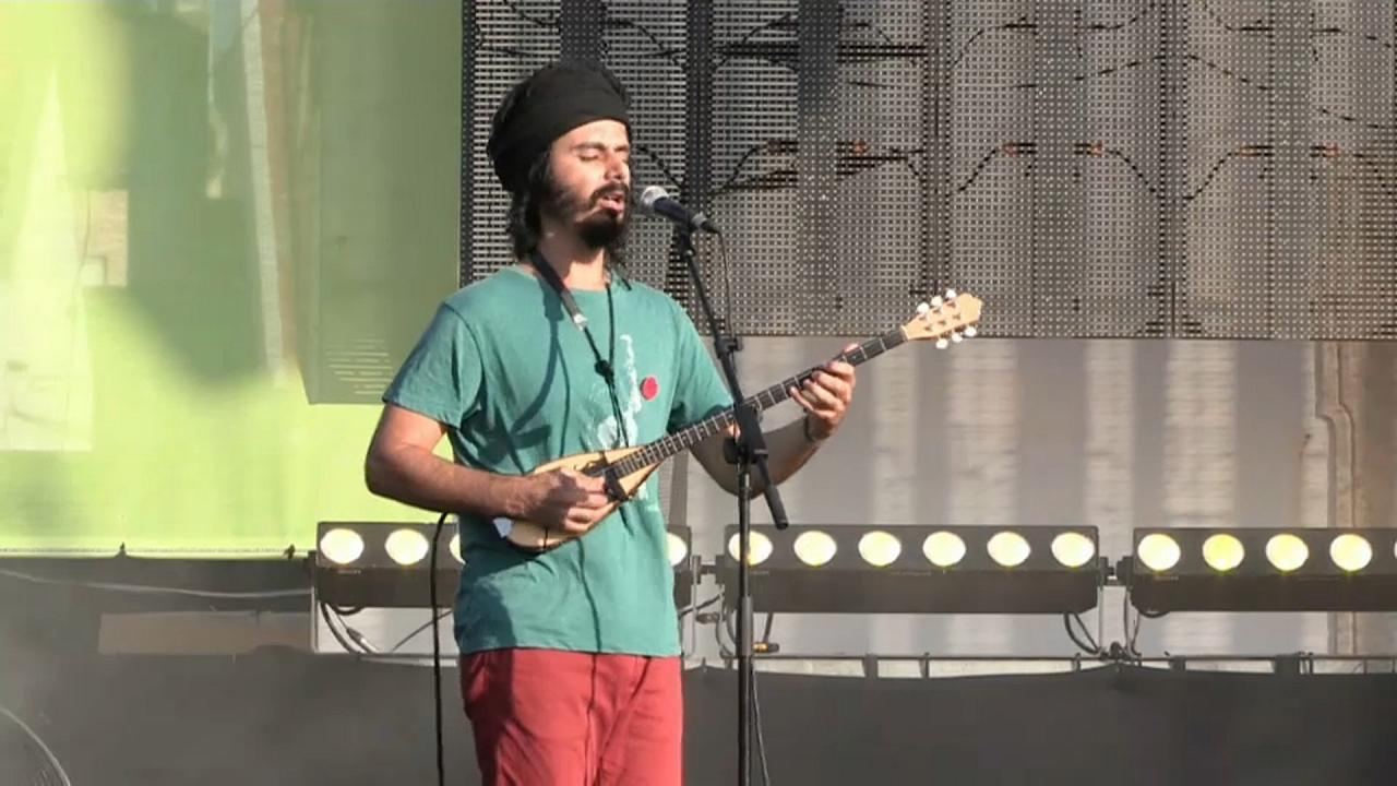Sänger der Band Monsieur Doumani während des Auftritts mit Tzouras