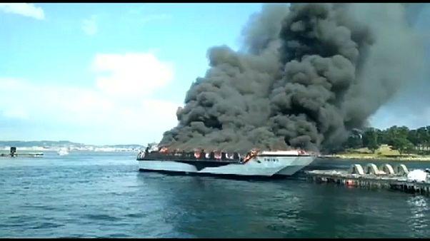 Schwarze Rauchwolken steigen über einem Boot auf