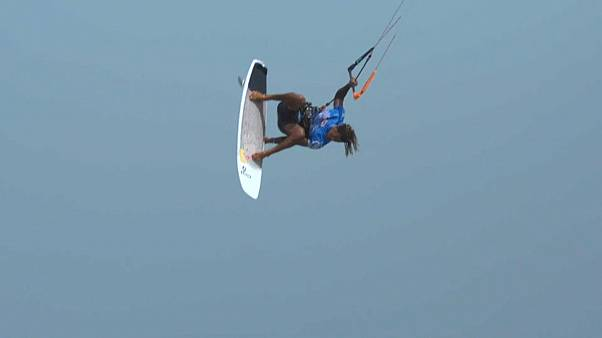 Der Kitesurfer Airton Cozzolino beim Big Air