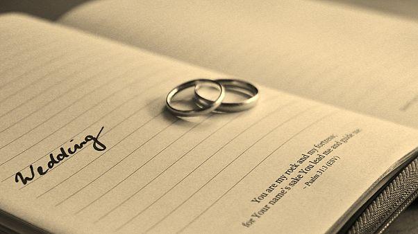 Gericht zwingt Britin bis 2020 verheiratet zu bleiben