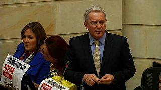 Uribe deja el Senado tras ser procesado por soborno y fraude