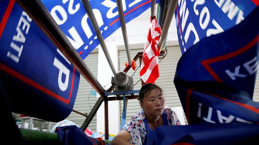 """رايات ترامب """"نحافظ على أمريكا عظيمة!"""" صنعت في الصين"""