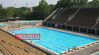 Berlino, ricco signore affitta corsia della piscina pubblica: lamentele dei residenti