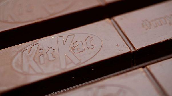 أصابع من شوكولاتة كيت كات في صورة التقطت بلندن - صورة من أرشيف رويترز