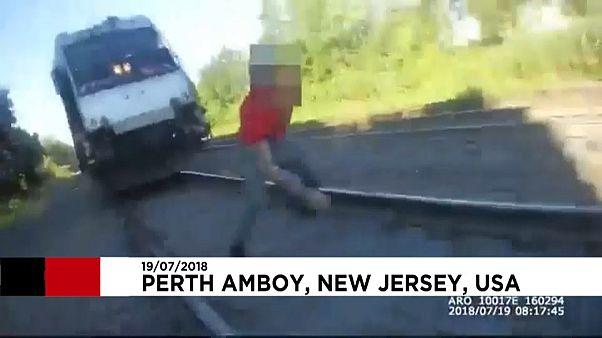 پلیس جوان مردی را بر روی ریل از مرگ حتمی رهاند