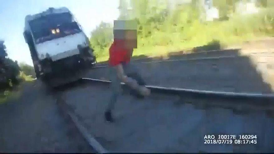 شاهد: شرطي ينقذ شابا من الدهس تحت عجلات القطار
