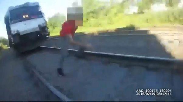 Ein Mann rennt vor einem Zug davon
