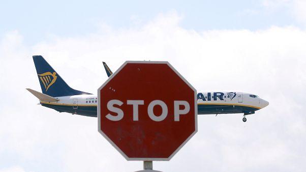 Ryanair repülőgép érkezik a barcelonai El Prat repülőtérre