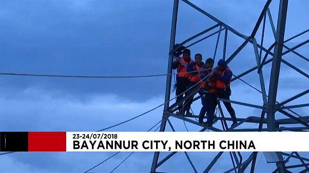 شاهد: عملية إنقاذ رجال عالقين على برج كهربائي وسط الفيضانات