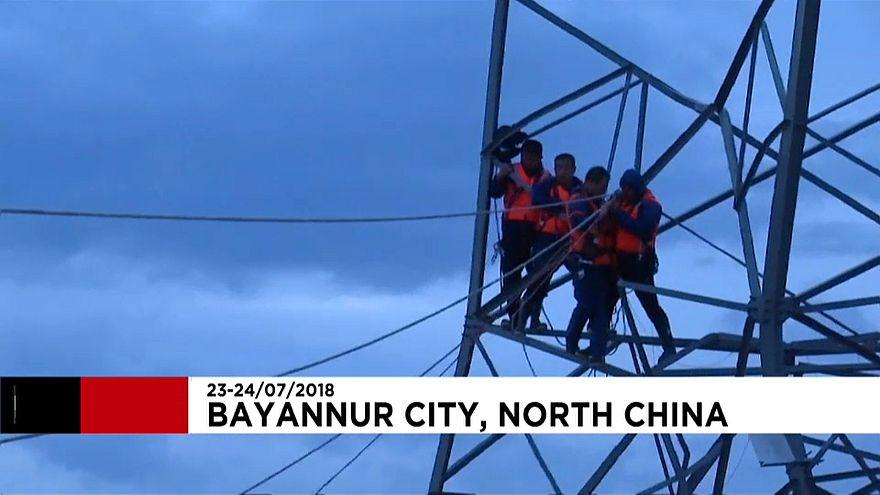 چین؛ عملیات نجات سیلزدگان گرفتار در دکل برق فشار قوی