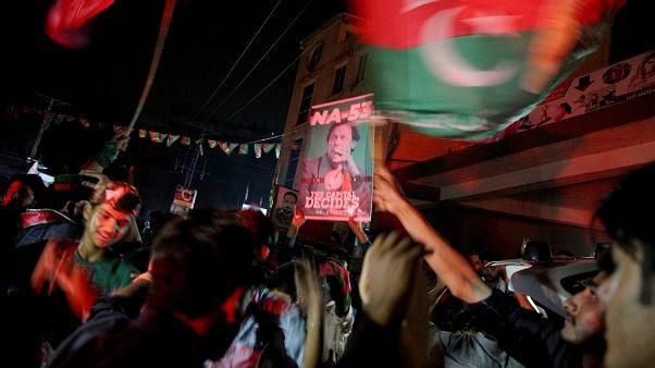 Des Pakistanais fêtent la victoire de leur candidat