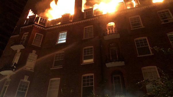 شاهد: اندلاع حريق في بناية سكنية من خمسة طوابق في لندن