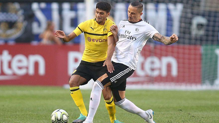 Fejsa disputa um lance com um jogador do B. Dortmund
