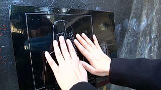 """Las personas invidentes pueden """"ver"""" los murales de Santiago de Chile"""