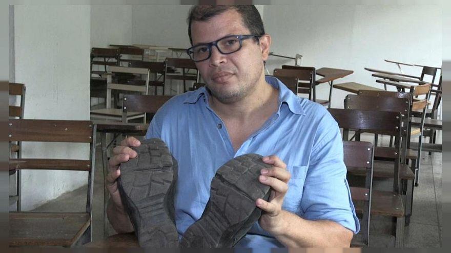 José Ibarra és a cipői, melyek javítása 20 millió bolivárba kerülne