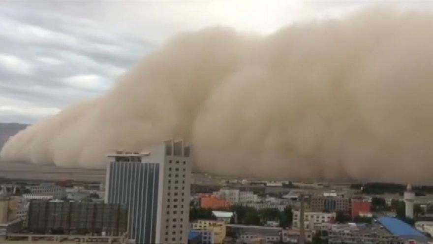 Sandstorm sweeps across city in northwest China
