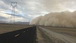 Gigantischer Sandsturm fegt über chinesische Stadt Golmu