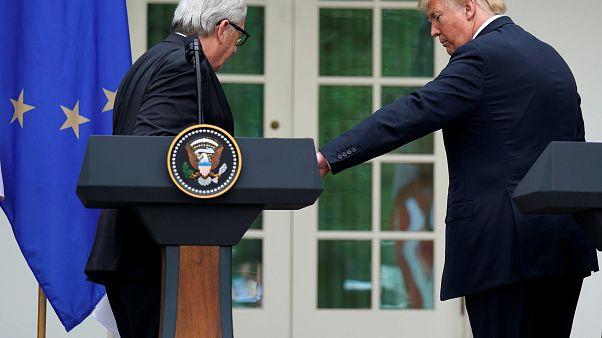 شاهد: رئيس المفوضية الأوروبية يرفض الإمساك بيد ترامب