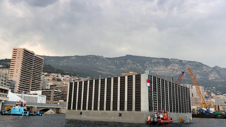 Pose de la 1ère extension d'un terrain gagné sur la mer à Monaco