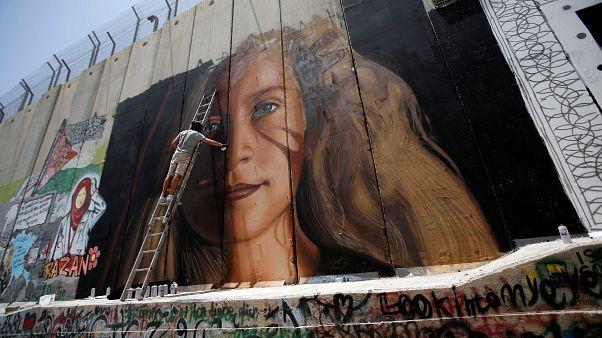 الشارع الفلسطيني يستعد لاستقبال عهد التميمي ورسامون أجانب يشاركون في التحضيرات