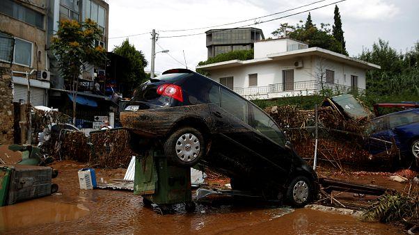 Une voiture a été déplacée par la force des inondations
